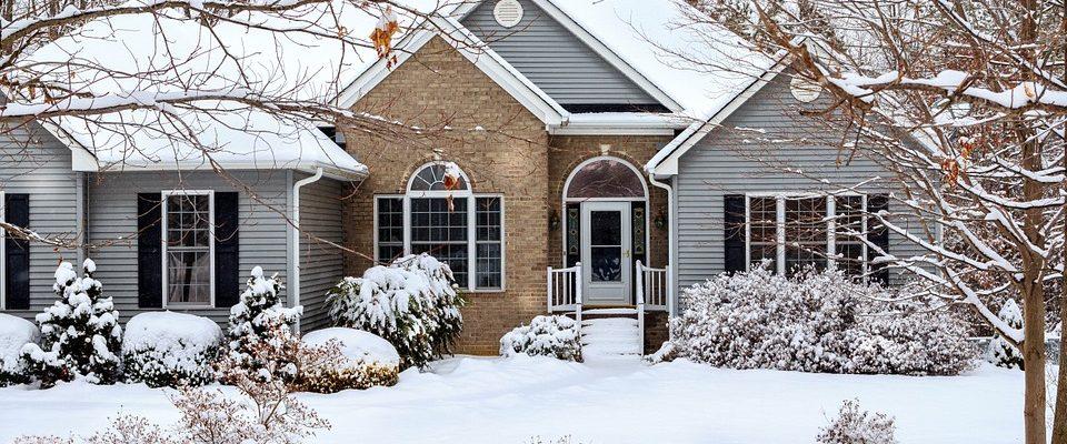Maison sous la neige hiver