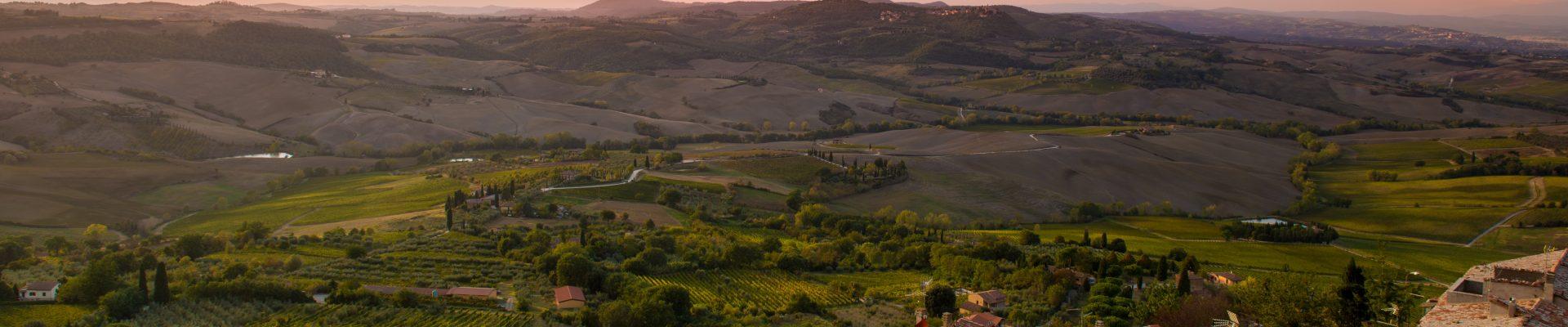 Un panorama avec un village de provence au premier plan