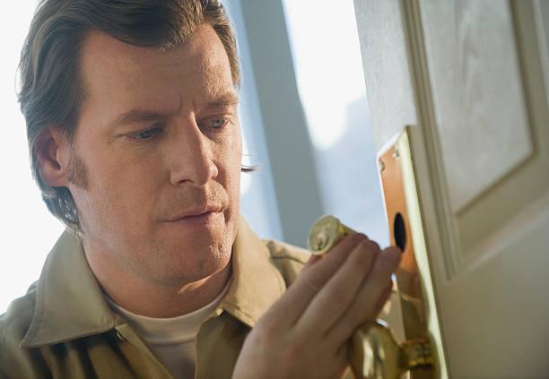 Serrurier qui répare une poignée de porte