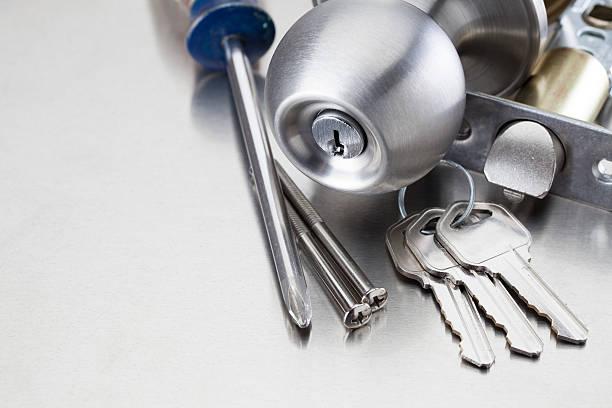 Tournevis, clefs et serrure sur une table