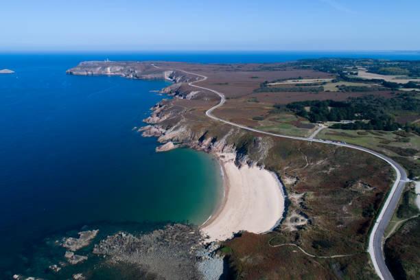 Route qui serpente sur le littoral breton