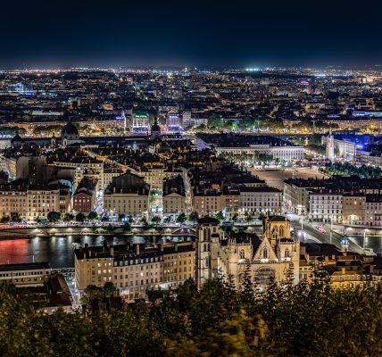 La ville de Lyon vue de nuit depuis la colline de Fourvière