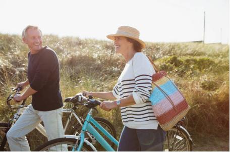 deux personnes marchant à côté de leurs vélos