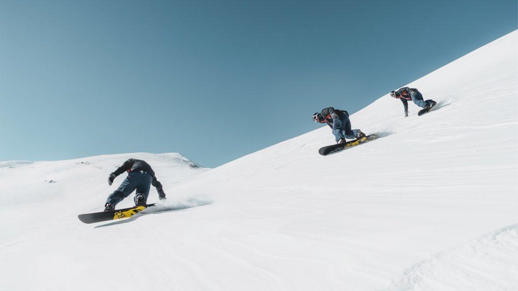 Snowboarders sur une piste