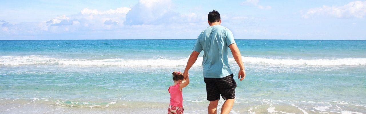 Papa et sa fille au bord de l'eau